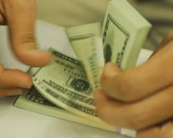 """Dólar vai a R$ 5,66 e Bovespa cai 2,75% com receio de """"furo"""" no teto"""