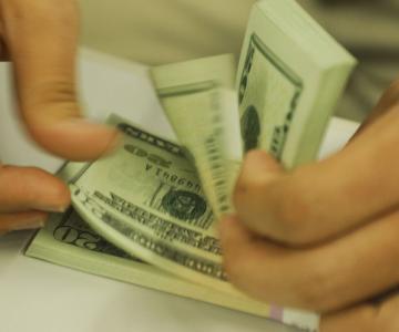Dólar fecha estável e bolsa cai em meio a riscos domésticos